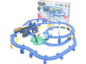 Большая детская железная дорога с одним локомотивом и двумя вагонами, двухуровневая на электрической тяге